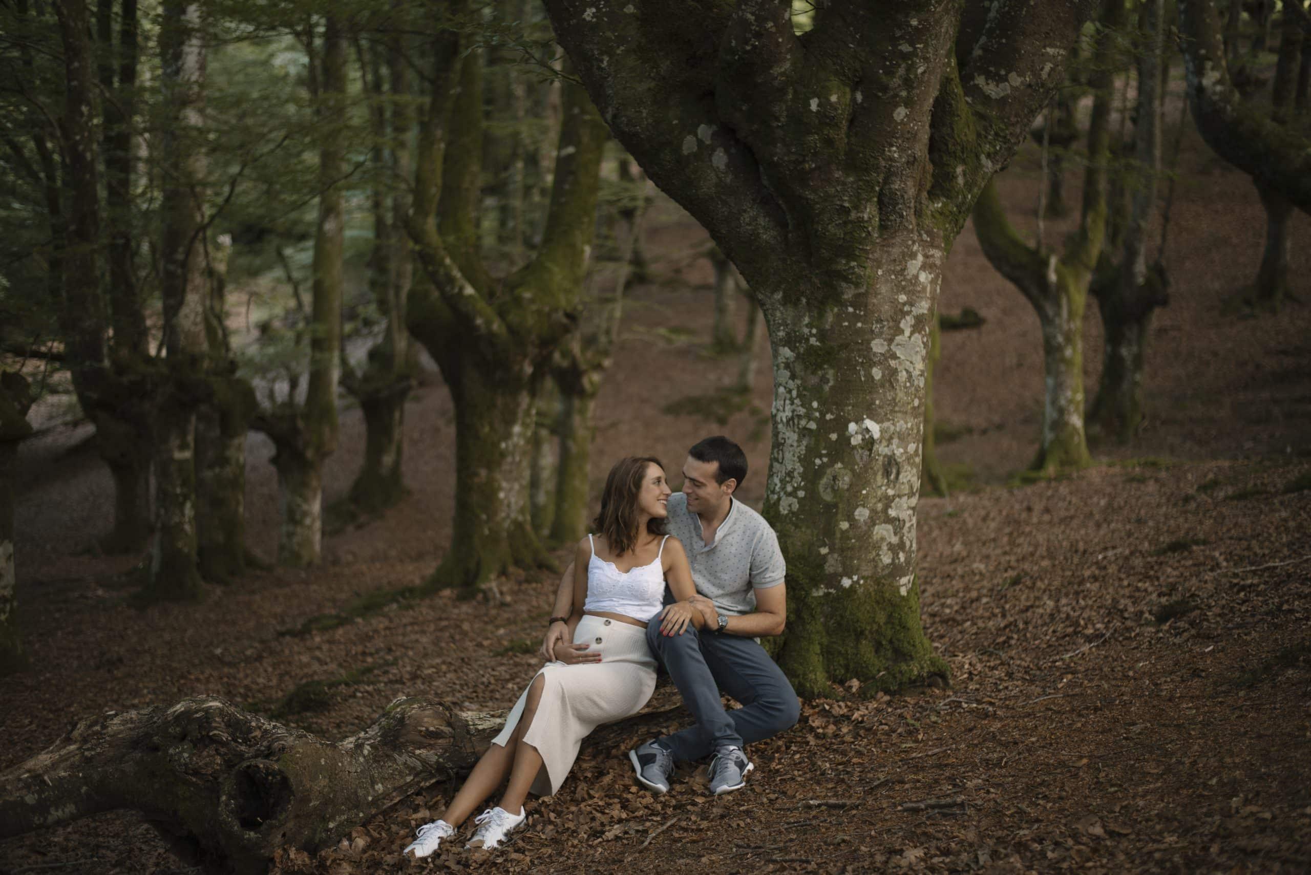 Sesión de fotos de embarazo en la naturaleza en Bilbao y en Vitoria. Reportaje de embarazo. Fotografía de embarazo en Bilbao y Vitoria. Embarazo en Bilbao. Embarazo en Vitoria. Sesión de embarazo. Sesión de recién nacido.