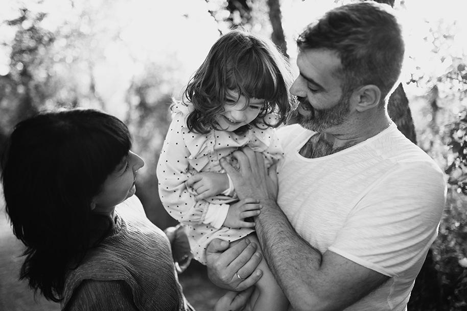 Sesión de fotos de embarazo en la naturaleza en Vitoria y Bilbao. Sesión de fotos de familia en la naturaleza en Vitoria. Fotos de recién nacido en Vitoria.